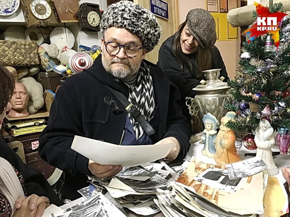 Александр Васильев смотрит воронежские фотографии.
