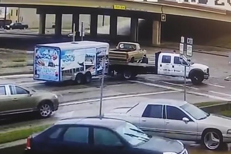 Виновник ДТП чудом избежал гибели во время осмотра поврежденной машины