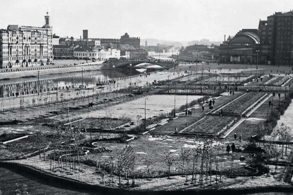 Так выглядела Болотная площадь в 1940-х годах. Фото: pastvu.com