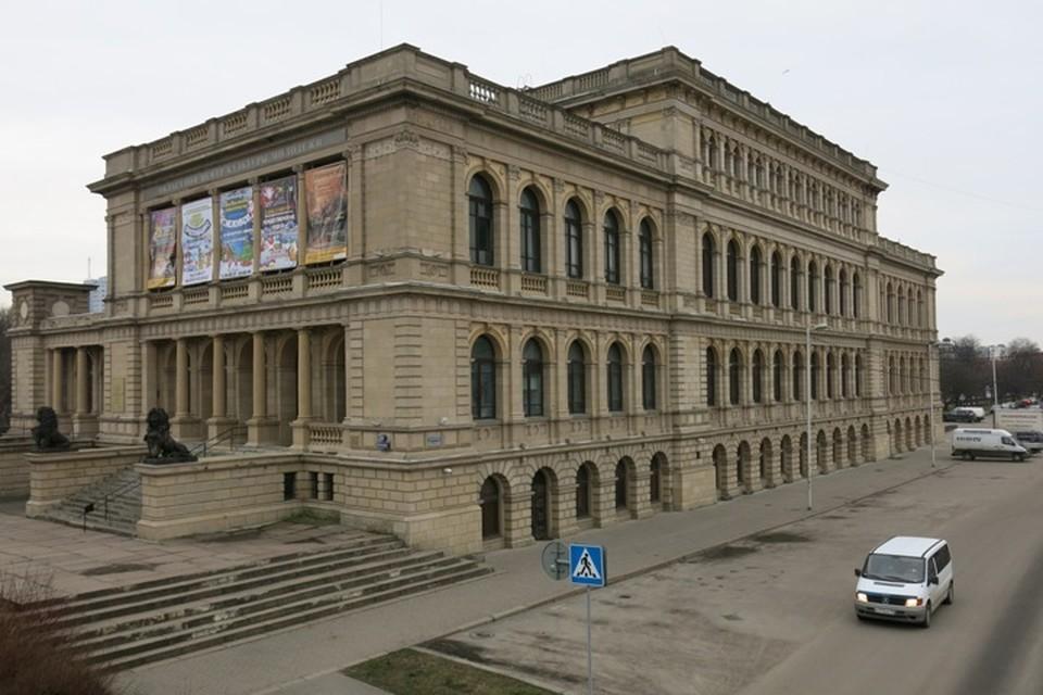 Перед тем, как здание бывшего ДКМ примерит на себя новую роль, его ждет основательная реставрация.