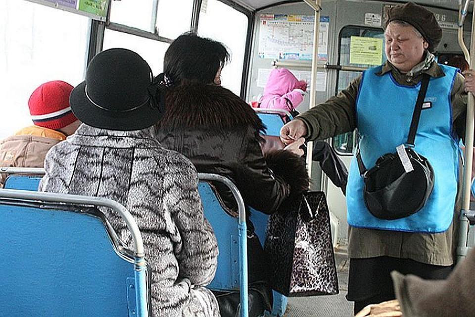 Видео снимает скрытно в автобусе