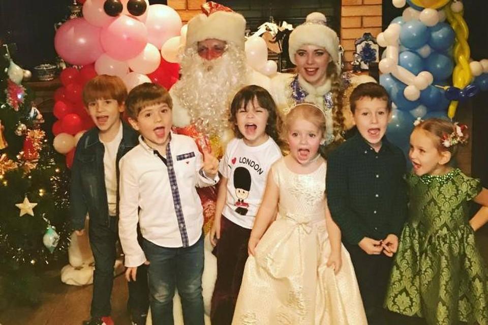 Женя Пугачев (на фото крайний слева) с Гарри и Лизой Галкиными (они в центре) на новогодней ёлке. Фото: instagram.com/milusikst