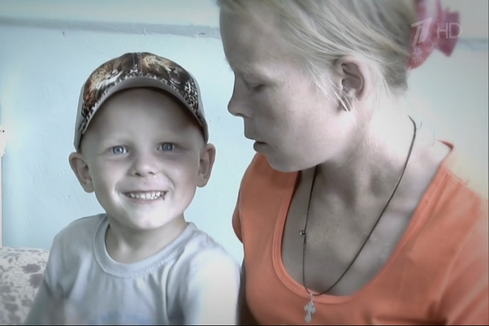 Видео как мама жестко е своего сына
