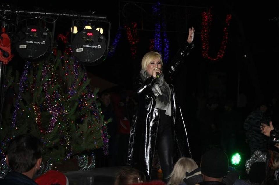 Валентина Легкоступова в новогоднюю ночь выступала по открытым небом. Фото: пресс-служба администрации г. Феодосия