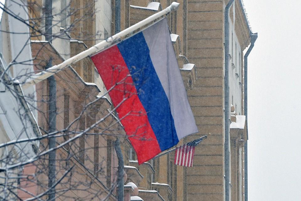 Флаг России у здания посольства США в Москве.