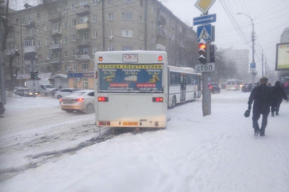 Снежный ад в Саратове: автобусы застревают на дорогах, трамваи стоят из-за обрыва проводов