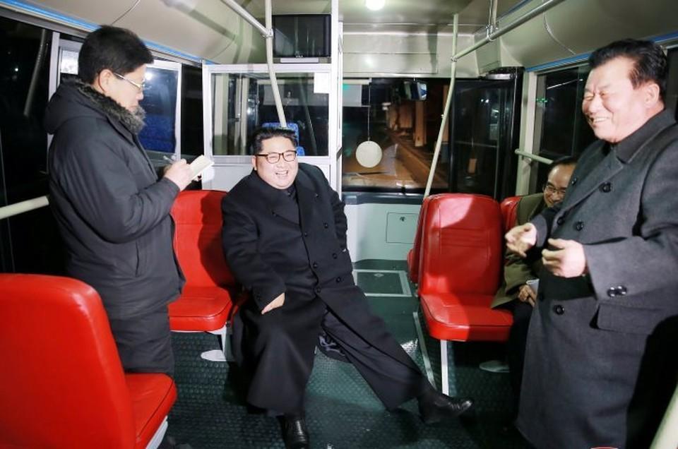 Ким Чен Ын лично проехался в новых троллейбусах Пхеньянского троллейбусного завода