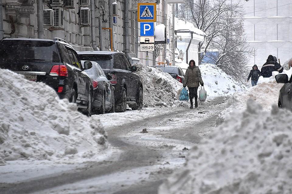 """Последствия """"снегопада столетия"""" на улицах Москвы."""