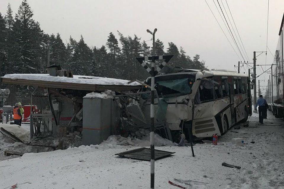 После столкновения с поездом автобус разнес будку дежурной по переезду. ФОТО: ДТП и ЧП