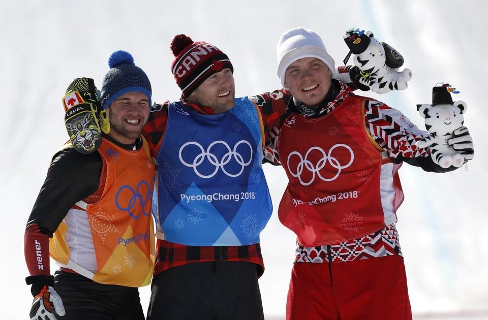 Сергей Ридзик (справа) в окружении призеров олимпийской ски-кросс гонки.