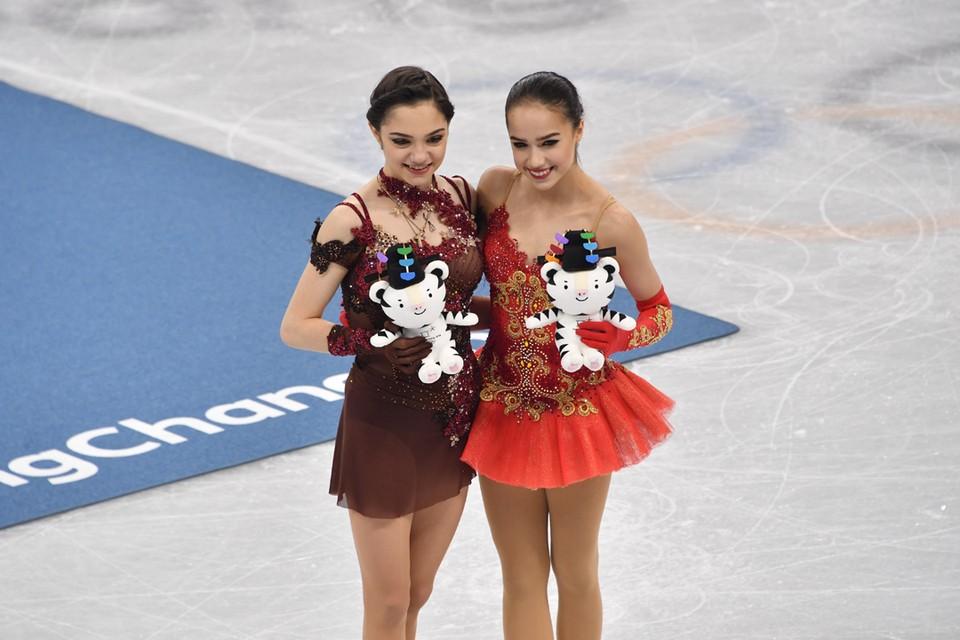 Евгения Медведева (слева) и Алина Загитова.