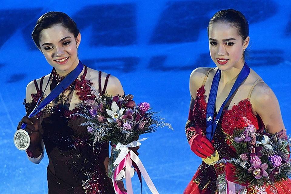 Российские фигуристки Алина Загитова (справа) и Евгения Медведева