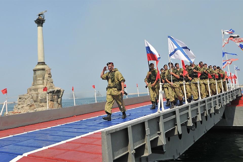 Крым, Севастополь. Военнослужащие на параде по случаю празднования Дня Военно-Морского Флота России.