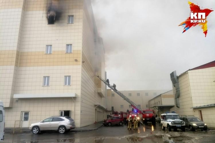 Десятки человек числятся без вести пропавшими во время пожара в кемеровской «Зимней вишне»