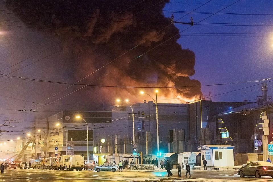 Огонь над торговым центром полыхал порядка восьми часов. ФОТО Данил Айкин/ТАСС