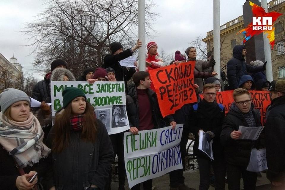 «Кто ответит?»: кемеровчане вышли на митинг после пожара в ТЦ «Зимняя вишня»