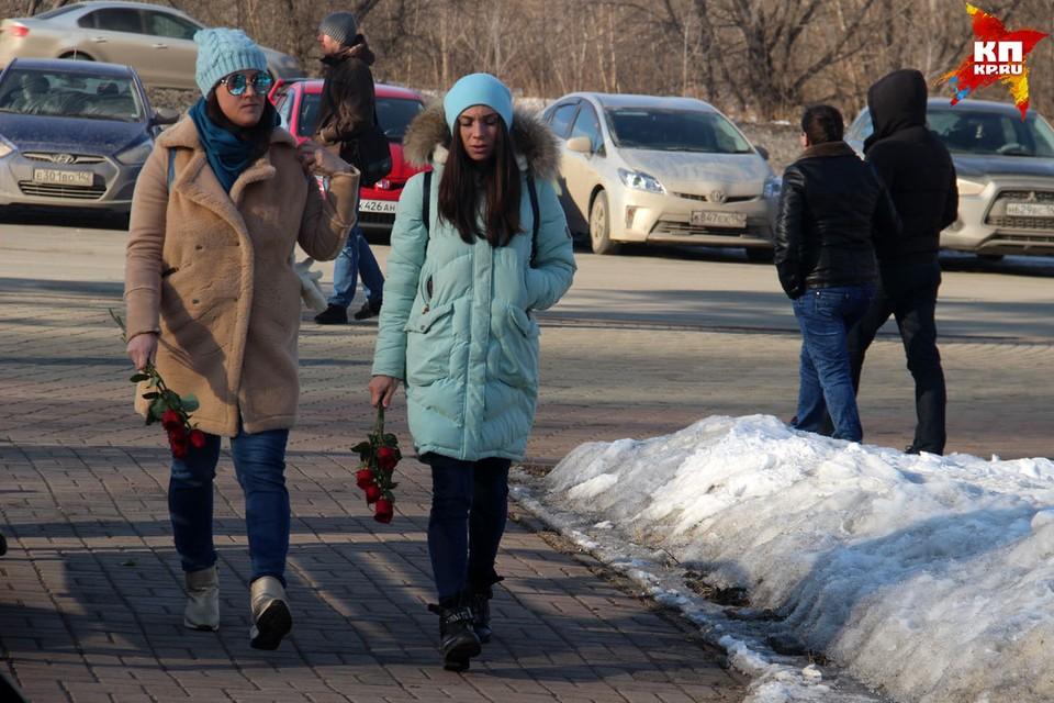 Люди идут прощаться с погибшими в ТРЦ «Зимняя вишня» с самого утра