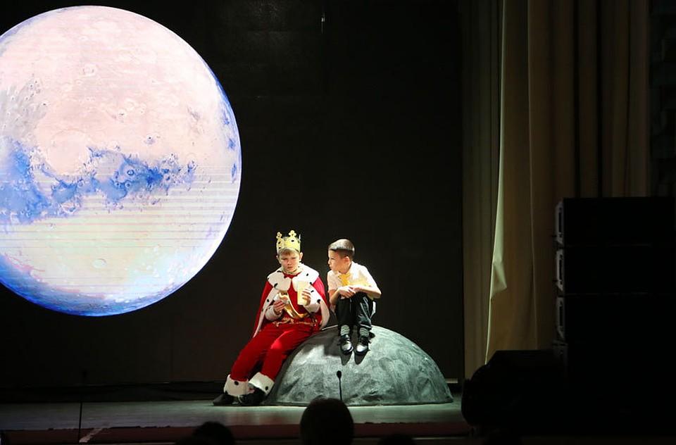 Для детей сотрудников компании есть своя театральная студия, где они с самого юного возраста учатся дарить свое внимание и тепло тем, кому это действительно нужно
