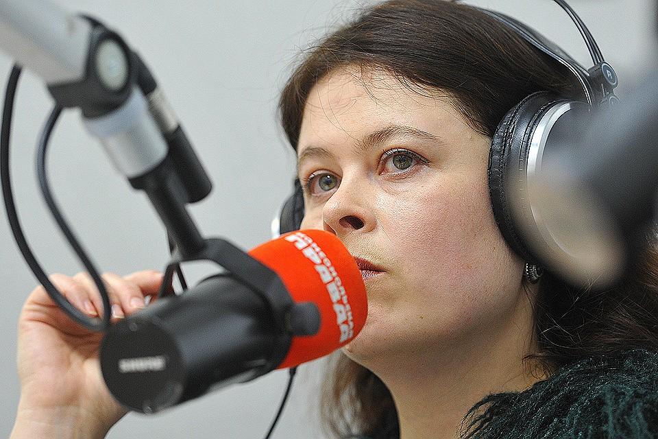 """Журналистка Ульяна Скойбеда в студии радио """"Комсомольская правда""""."""