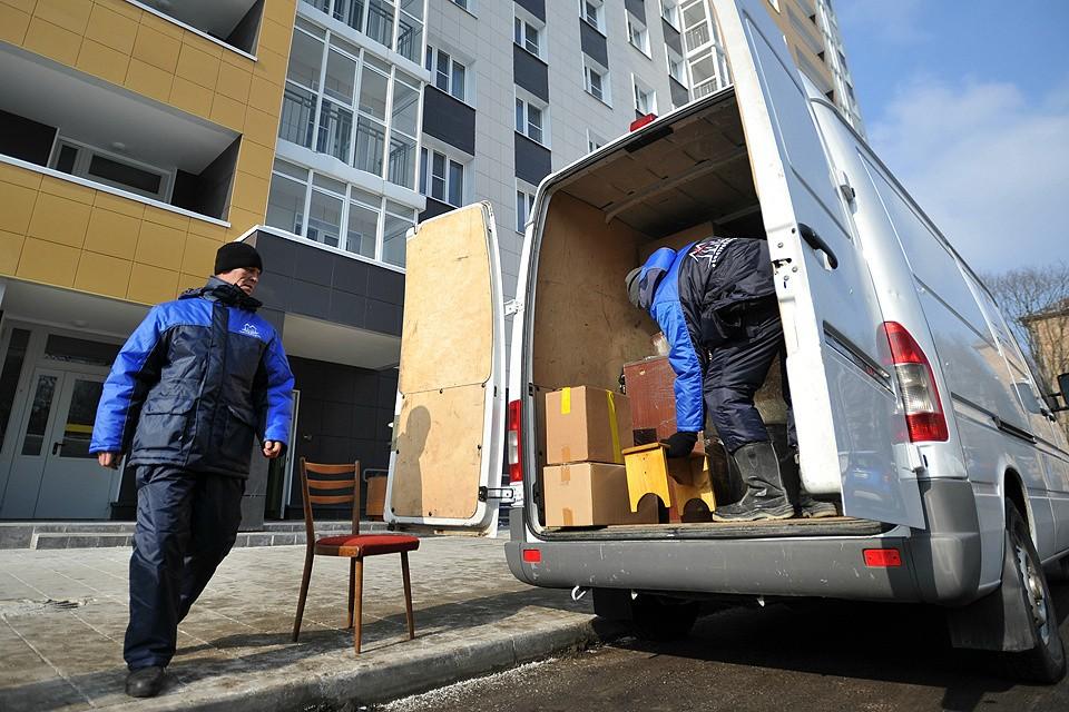 Работа грузчиков во время переезда жильцов по программе реновации.