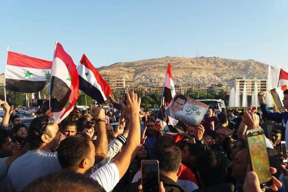 Жители Дамаска после ракетного обстрела вышли на митинг протеста на улицы Дамаска