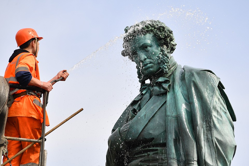 На Пушкинской площади помыли памятник великому русскому поэту.