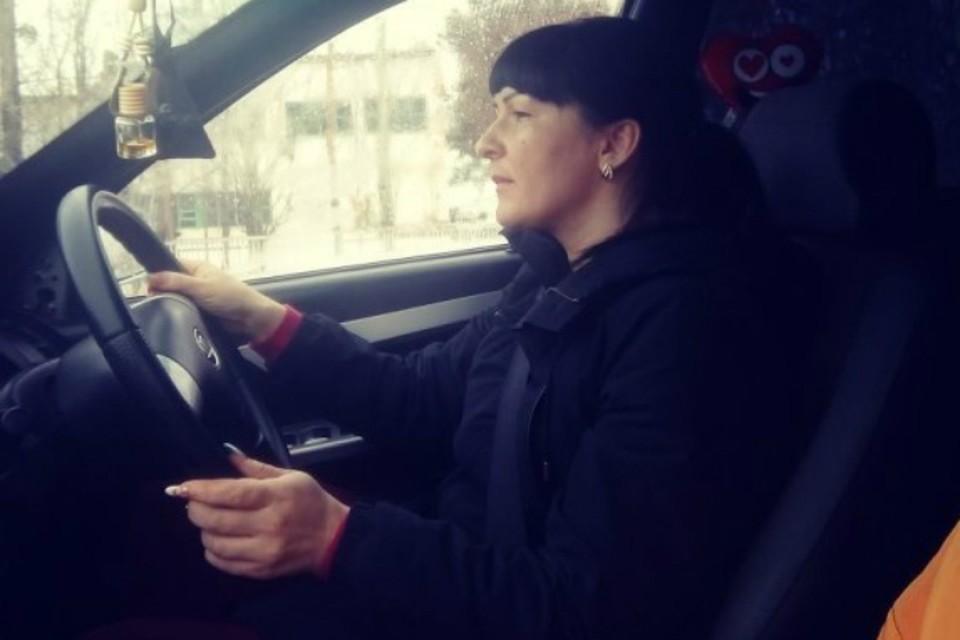 Екатерина признается, что уже забывает, как водить машину. По дорогам Полтавки не всякий трактор проедет - не то, что легковушка.