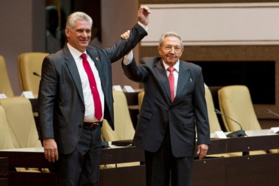 Новый лидер Кубы Мигель Диас-Канель и оставивший пост председателя Госсовета страны Рауль Кастро