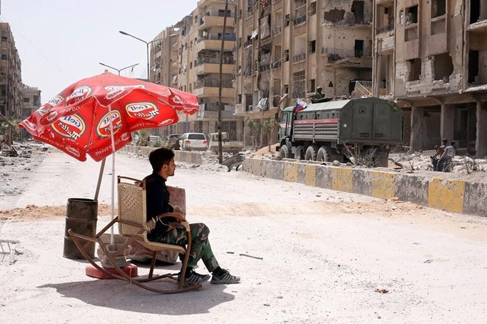 Сирийский полицейский в кресле на улице Думы