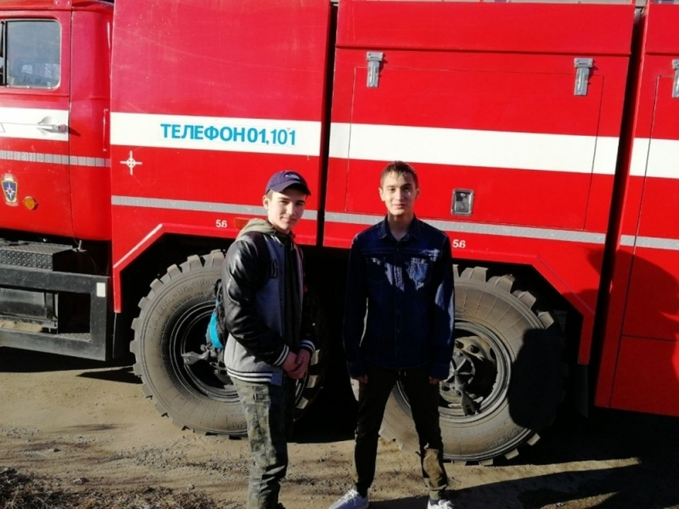 16-летний Владимир Хамидулин и 14-летний Николай Мнушко спасли трех человек. Фото: пресс-служба ГУ МЧС РФ по Амурской области.