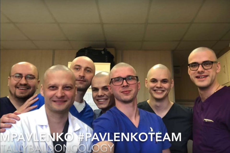 Андрей Павленко (второй слева в белом халате - прим. Ред.) признался, что поступок коллег его очень тронул. ФОТО: youtube.com