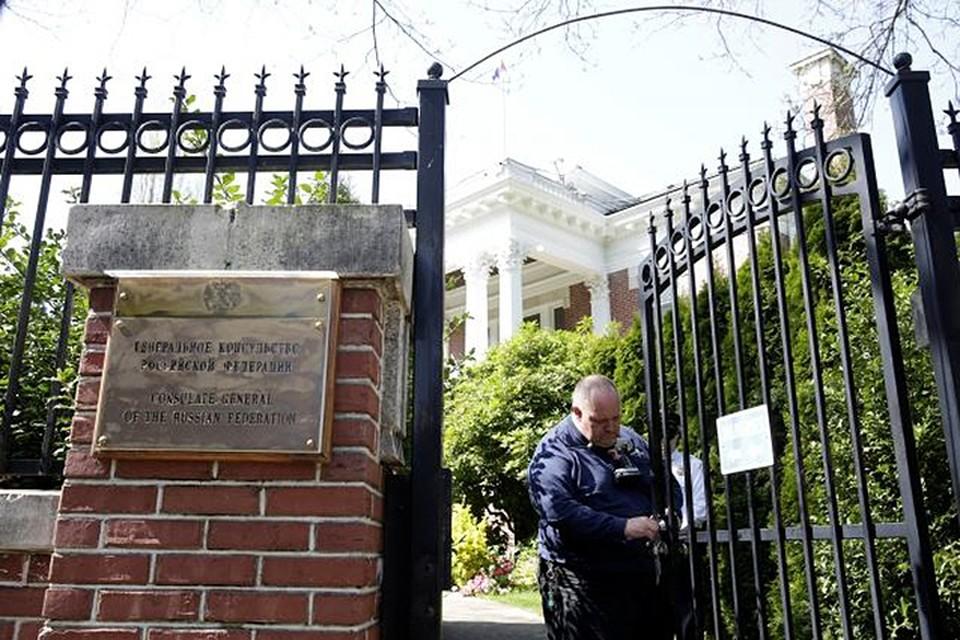 Сотрудники полиции и госдепа поменяли на консульстве замок, а новый ключ оставили себе