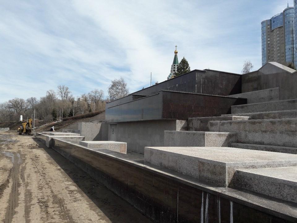 Мрачный фонтан внешне напоминает мемориальный комплекс