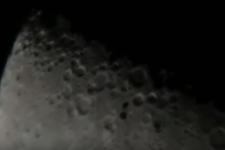 """""""Летающие тарелки"""" черного цвета на фоне Луны"""