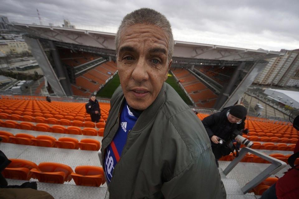 На стадионе Сами Насери поднялся на знаменитые «приставные» трибуны.