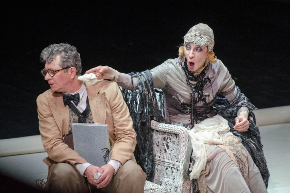 «КП»-Хабаровск» публикует фотоотчет спектакля «Крик лангуста», который привезли из Москвы артисты Вахтанговского театра.