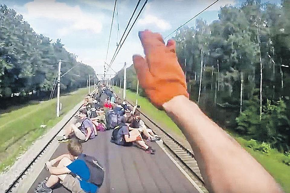Порой на вагонах одной электрички могут ехать до 60 человек