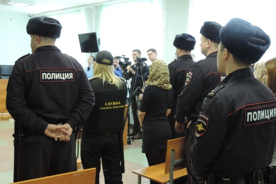 Суд оглашает приговор банде сутенеров. Женщина в платочке - одна из подсудимых Нэлли Шиляева