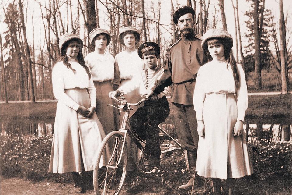 Царь с дочерьми Марией, Ольгой, Татьяной, Анастасией (слева направо) и сыном Алексеем в Царском Селе. Фото: wikimedia.org