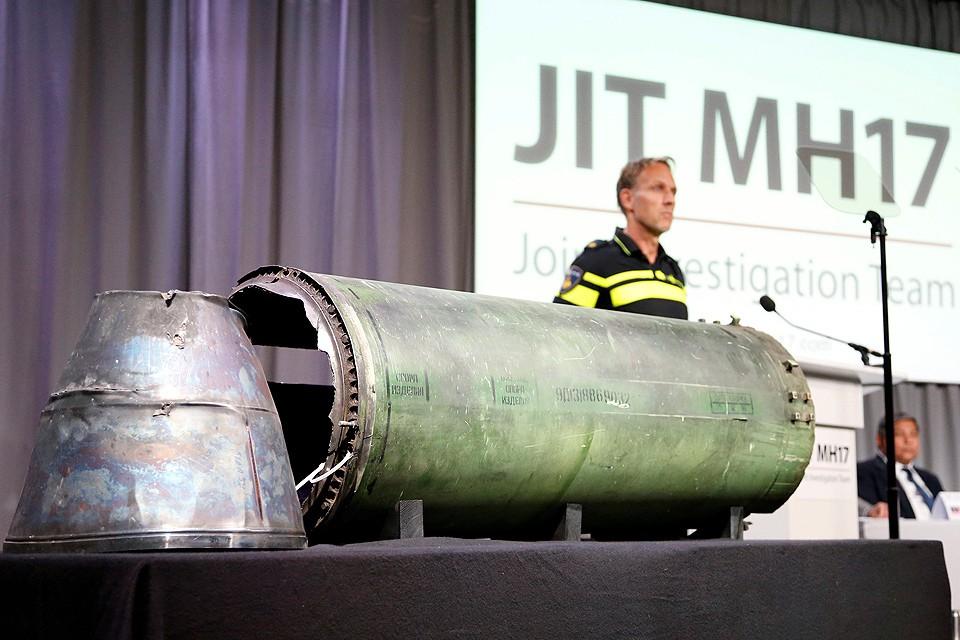 """Во время пресс-конференции в Нидерландах журналистам показали обломки ракеты, которой по версии международного расследования и был сбит """"Боинг""""."""