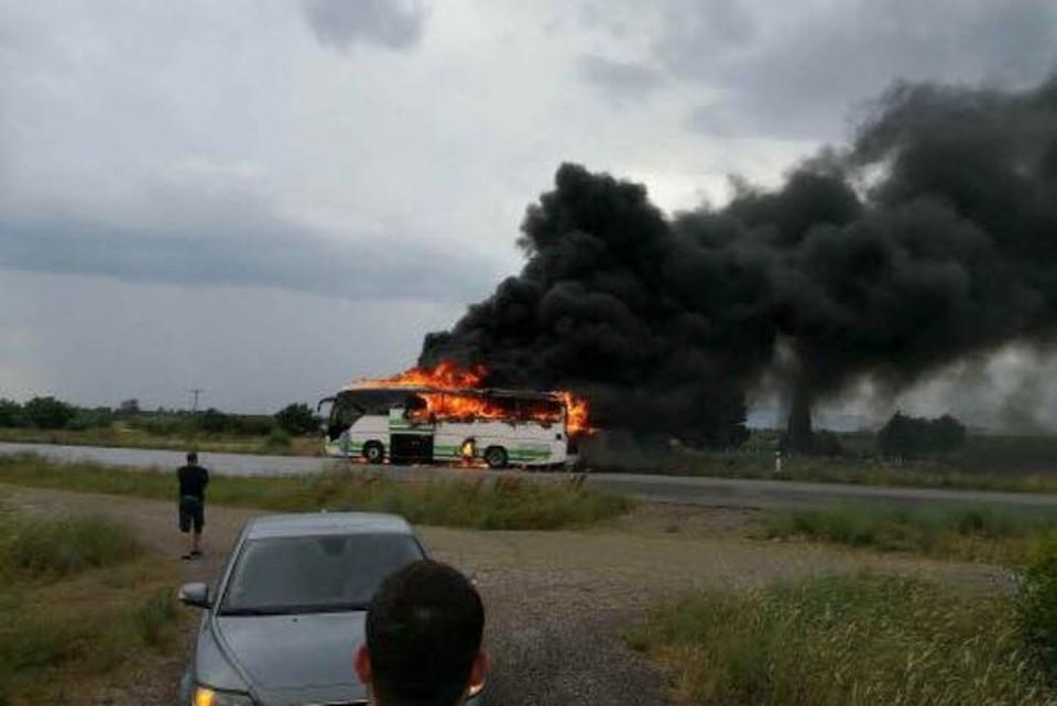 В Греции автобус загорелся от удара молнии