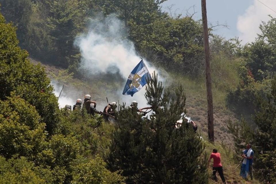 Беспорядки начались после того, как стражи порядка не пустили автобус с демонстрантами в поселок Псарадес