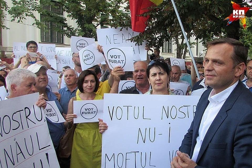 Андрей Нэстасе и Майя Санду на протесте.