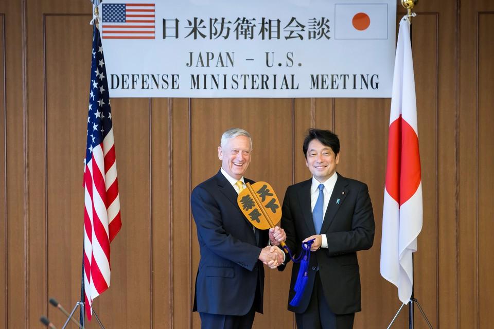 Глава Пентагона Джеймс Мэттис и министр обороны Японии Ицунори Онодера