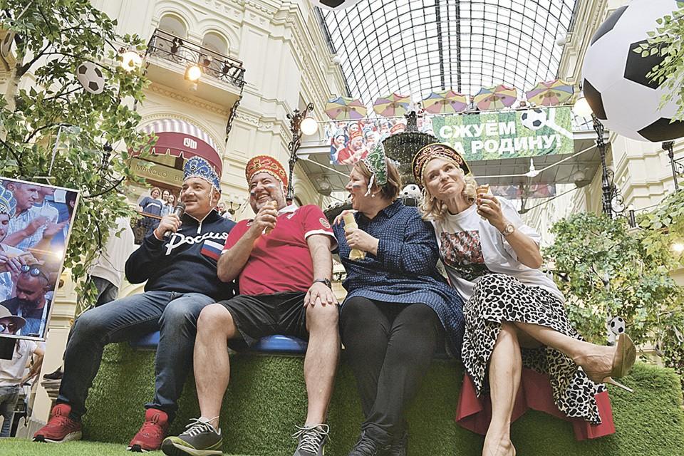 Слева направо: Николай Фоменко, Дмитрий Гнатюк, его супруга Инна и одна из покупателей кокошников болеют за наших!