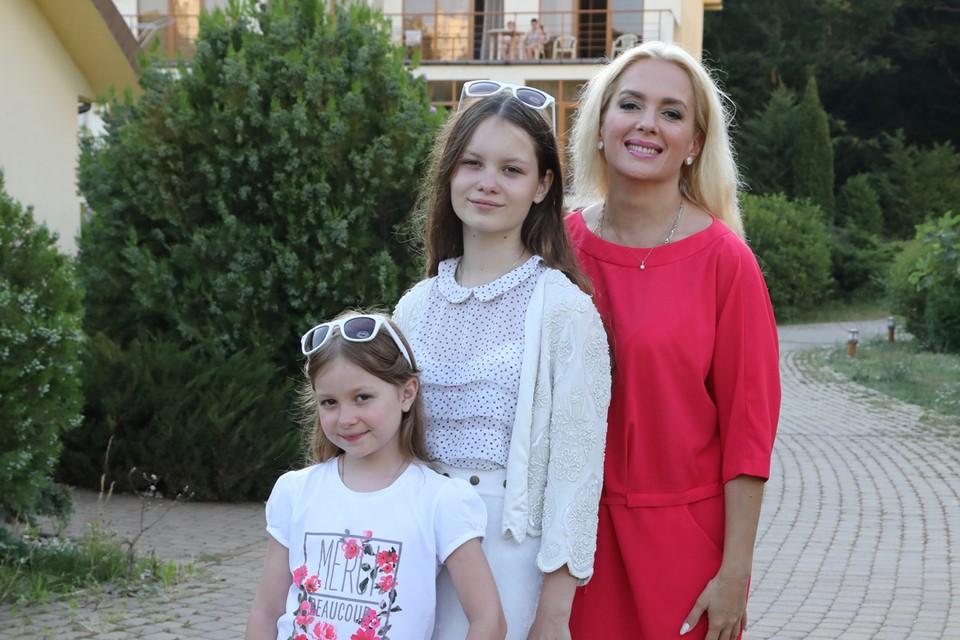 Мария Порошина со своими дочерьми.