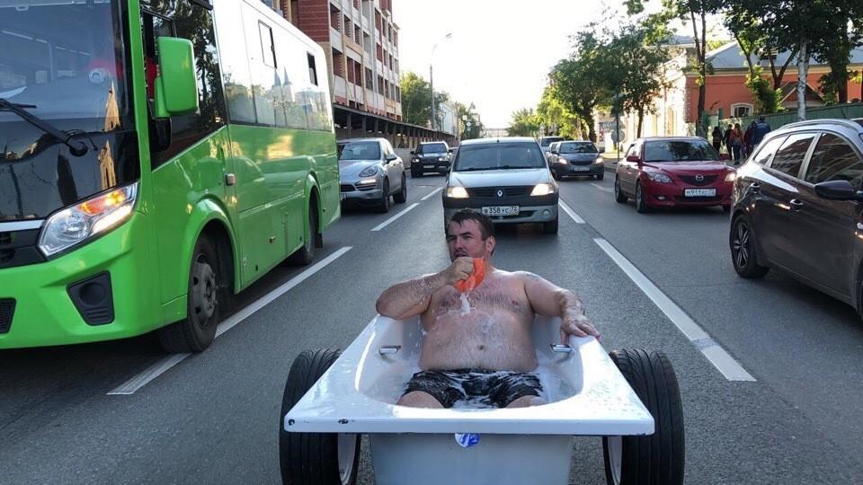 Полуголый тюменец в пенной ванне катался по городу. Фото vk.com