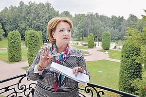 molodaya-devushka-moetsya-v-korite-foto
