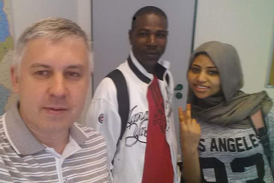 Василий Яшкинас (слева) преподает мигрантам немецкий в специальном образовательном центре.