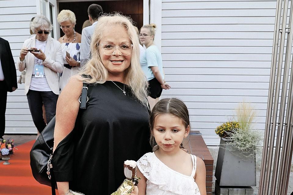 Внучка Ларисы Долиной Саша тоже хочет стать певицей и уже выступает на большой сцене.